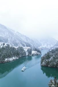 冬の北陸 庄川峡の雪景色と遊覧船の写真素材 [FYI04795802]