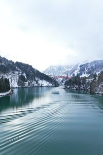 冬の北陸 庄川峡の雪景色と遊覧船の写真素材 [FYI04795803]