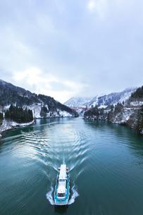 冬の北陸 庄川峡の雪景色と遊覧船の写真素材 [FYI04795804]