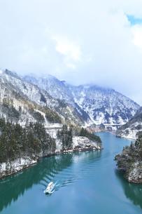 冬の北陸 庄川峡の雪景色と遊覧船の写真素材 [FYI04795805]