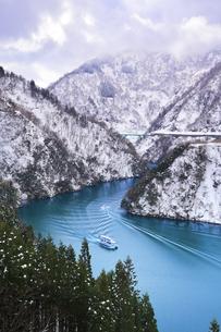 冬の北陸 庄川峡の雪景色に遊覧船とボートの航跡の写真素材 [FYI04795806]
