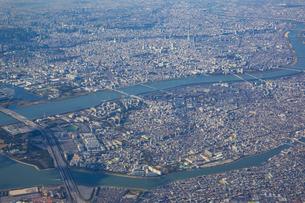 上空から見る荒川と東京の街の写真素材 [FYI04795810]
