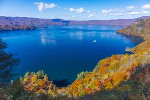 十和田湖の紅葉の写真素材 [FYI04795843]