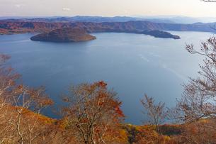 十和田湖の紅葉の写真素材 [FYI04795850]