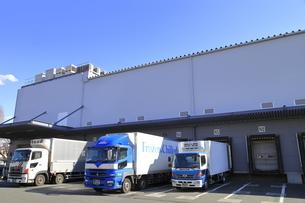 保冷倉庫と保冷トラックの写真素材 [FYI04795864]