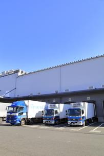 保冷倉庫と保冷トラックの写真素材 [FYI04795865]