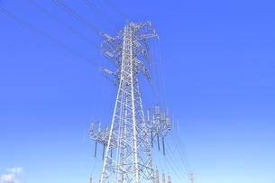 送電鉄塔と送電線の写真素材 [FYI04795872]