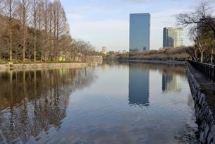 青空の大阪城公園,東外濠から大阪ビジネスパークの写真素材 [FYI04795887]