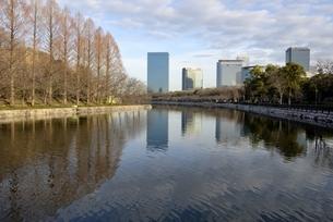 青空の大阪城公園,東外濠から大阪ビジネスパークの写真素材 [FYI04795888]