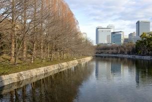 青空の大阪城公園,東外濠から大阪ビジネスパークの写真素材 [FYI04795889]