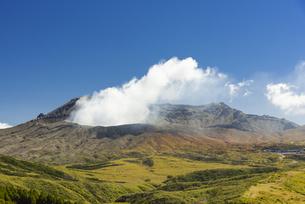 噴煙を上げる阿蘇中岳の写真素材 [FYI04795985]