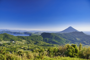 大野岳から望む開聞岳と池田湖の写真素材 [FYI04795986]
