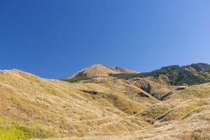 秋の阿蘇と杵島岳の写真素材 [FYI04795988]