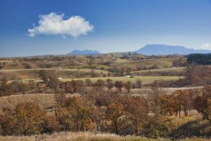 押戸石の丘から望む阿蘇の草原の写真素材 [FYI04795993]