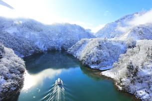 冬の北陸 庄川峡の雪景色に太陽と遊覧船の写真素材 [FYI04795999]