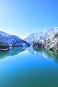 冬の北陸 庄川峡の雪景色の写真素材 [FYI04796001]