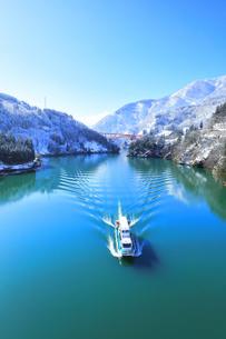 冬の北陸 庄川峡の雪景色と遊覧船の写真素材 [FYI04796002]