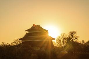 夕焼け空 夕日の輝きを背景に戌亥櫓(いぬいやぐら)風景(一本足風景)の写真素材 [FYI04796082]