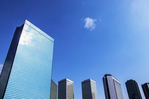 街のオフィスビルと青空の写真素材 [FYI04796153]