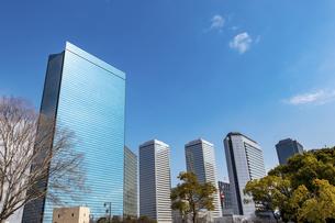 オフィス街と青空の写真素材 [FYI04796154]