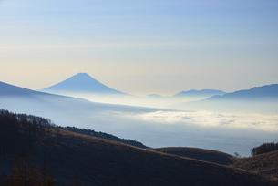 長野県 霧ヶ峰高原より富士山と雲海の写真素材 [FYI04796179]