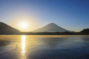 山梨県 凍る精進湖より夜明けの富士山の写真素材 [FYI04796184]