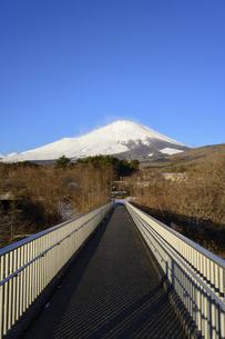 静岡県 富士山に向かう歩道橋の写真素材 [FYI04796185]