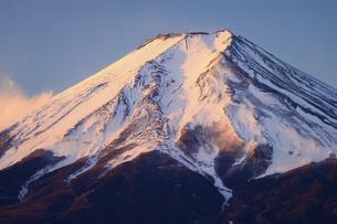 山梨県 富士吉田市より紅富士の写真素材 [FYI04796188]