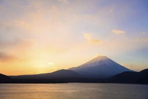 山梨県 本栖湖より富士山と朝焼けの空の写真素材 [FYI04796189]