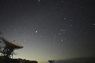 パラボラアンテナと双子座流星群の写真素材 [FYI04796190]