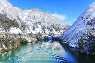 冬の北陸 庄川峡の雪景色と遊覧船の写真素材 [FYI04796203]