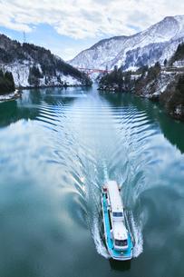 冬の北陸 庄川峡の雪景色と遊覧船の写真素材 [FYI04796205]