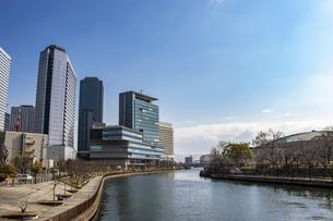 川沿いに広がる大阪のオフィス街の写真素材 [FYI04796350]