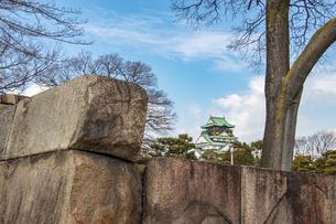 石垣越しに眺める大阪城天守閣の写真素材 [FYI04796356]