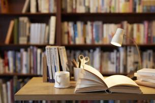 デスクに置かれた本とコーヒーの写真素材 [FYI04796368]