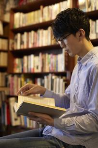 座って本を読む男性の写真素材 [FYI04796371]