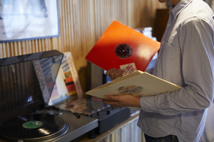 レコードを選ぶ男性の写真素材 [FYI04796372]