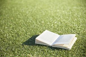 人工芝の上に開いて置かれた本の写真素材 [FYI04796378]