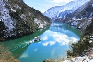 冬の北陸 庄川峡の雪景色と遊覧船の写真素材 [FYI04796395]