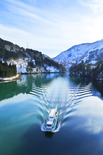 冬の北陸 庄川峡の雪景色と遊覧船の写真素材 [FYI04796403]