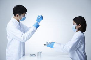 白衣を着て作業をする男女の写真素材 [FYI04796429]