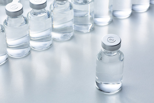 白い天板の上に置かれた複数のバイアル瓶の写真素材 [FYI04796453]
