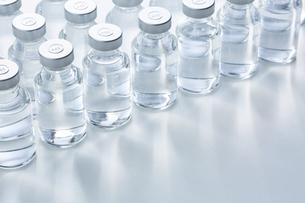 白い天板の上に置かれた複数のバイアル瓶の写真素材 [FYI04796454]