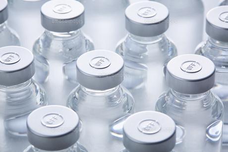 白い天板の上に置かれた複数のバイアル瓶の写真素材 [FYI04796458]