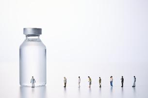 バイアル瓶とミニチュア人形の写真素材 [FYI04796463]
