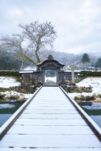 冬の北陸 一乗谷朝倉氏遺跡の雪景色の写真素材 [FYI04796518]