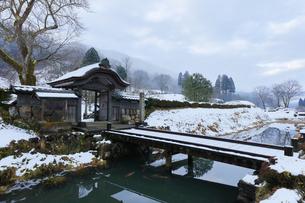 冬の北陸 一乗谷朝倉氏遺跡の雪景色の写真素材 [FYI04796520]