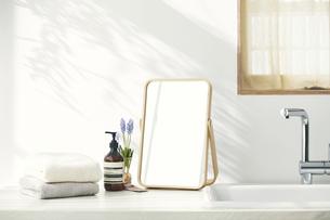 洗面所に置かれたタオルと鏡の写真素材 [FYI04796737]