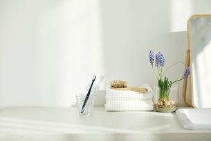 洗面所に置かれたタオルと鏡の写真素材 [FYI04796739]