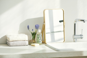 洗面所に置かれたタオルと鏡の写真素材 [FYI04796741]